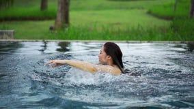 Zwolnione tempo bawić się w basenie kobieta zbiory wideo