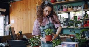 Zwolnione tempo bierze rozkaz na telefonie komórkowym opowiada mienie rośliny młoda kwiaciarnia zbiory