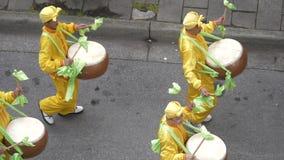 Zwolnione tempo Chiński Kanadyjski skojarzenie paraduje na ulicie