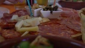 Zwolnione Tempo Cialledda Sałatka miesza czerstwego chleb z siekający w górę pomidorów zdjęcie wideo