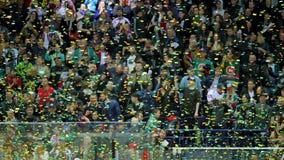 Zwolnione tempo confetti spada puszek na arenie przeciw widzom zdjęcie wideo