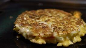Zwolnione Tempo Cook podrzuca Okonomiyaki japończyka jedzenie Gotujący Monjayaki Smażył zbiory