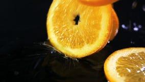 Zwolnione tempo cytryna spada z wodą opuszcza na czerni powierzchni zdjęcie wideo