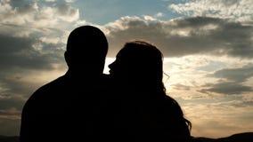 Zwolnione tempo delikatny buziak kochankowie przy zmierzchem zdjęcie wideo
