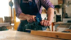 Zwolnione tempo drewniany blok dostaje mechanically piłujący zbiory