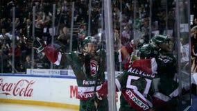 Zwolnione tempo drużyny hokejowej cele przeciwnik brama i ataki