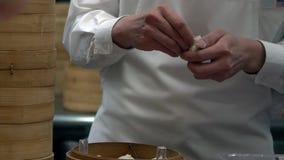 Zwolnione Tempo drużyna szefowie kuchni gotuje tradycyjnego jedzenie Szef kuchni robi kluchom zbiory