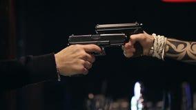 ZWOLNIONE TEMPO: Dwa męskiej ręki z pistoletu wp8lywy celowali each inny zbiory