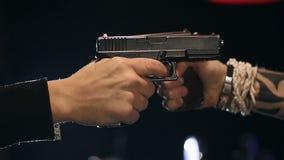 ZWOLNIONE TEMPO: Dwa męskiej ręki z pistoletu wp8lywy celowali each inny zdjęcie wideo