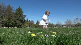 Zwolnione tempo dzieciaki ma zabawy zgromadzenia jajka przy Wielkanocnym polowaniem zbiory