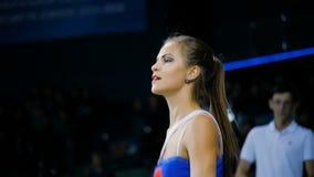 Zwolnione tempo dziewczyny chirliderka z długim ponytail tanczy fan na trybunie zbiory wideo