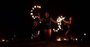 Zwolnione tempo: Fachowe pożarniczego występu trzy kobiety z pochodniami i mężczyzną z miotacz ognia zbiory