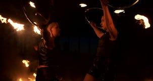 Zwolnione tempo: Fachowe pożarniczego występu trzy kobiety z pochodniami i mężczyzną z miotacz ognia zbiory wideo