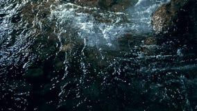 Zwolnione tempo fale na zmrok wodzie Zadziwiający dramatyczny naturalny tło Strzelać z 180fps Epicki magiczny i mistyczny zbiory