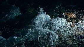 Zwolnione tempo fale na zmrok wodzie Zadziwiający dramatyczny naturalny tło Strzelać z 180fps Epicki magiczny i mistyczny zdjęcie wideo