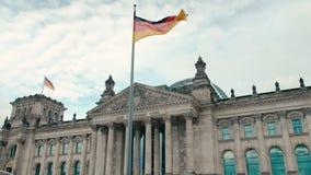 Zwolnione Tempo flaga Niemcy przeciw t?u budynek Bundestag parlament w centrum zbiory
