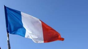 Zwolnione tempo francuz flagi falowanie w wiatrze na flagpole przy Francja miastem zbiory