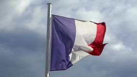 Zwolnione tempo francuz flagi falowanie w wiatrze na flagpole przy miastem Francja