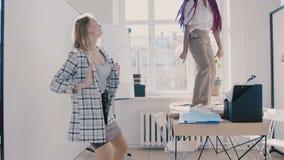 Zwolnione tempo kamery ruchy wzdłuż szczęśliwa szalona zabawa mieszających biegowych ludzie biznesu tanczy przy nowożytnej  zbiory