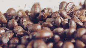 Zwolnione tempo kawowe fasole spada w burlap worek zbiory