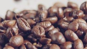 Zwolnione tempo kawowe fasole spada w burlap worek zdjęcie wideo
