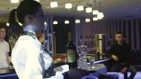 Zwolnione Tempo kelnerka Niesie tacę z napojami Restauracyjny Hall zbiory wideo