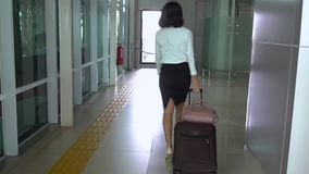 Zwolnione tempo kobieta chodzi w dworcu zbiory