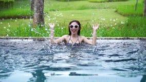 Zwolnione tempo kobieta w basenie i bawić się wodnego pluśnięcie zbiory wideo