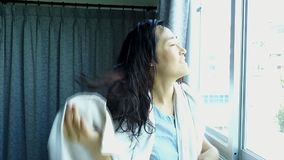 Zwolnione tempo kobiety wytarcia włosy ręcznikiem zbiory