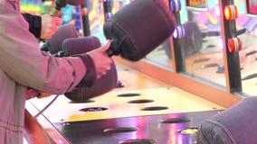 Zwolnione tempo ludzie bawić się whack grę przy rozrywkami Karnawałowymi zbiory wideo