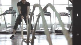 Zwolnione tempo mężczyzna z batalistyczną arkaną w czynnościowym stażowym sprawności fizycznej gym zbiory wideo