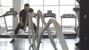 Zwolnione tempo mężczyzna z batalistyczną arkaną w czynnościowym stażowym sprawności fizycznej gym zdjęcie wideo