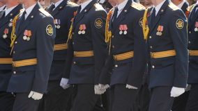 Zwolnione tempo mężczyzny militarne nogi maszeruje wzdłuż ulicznego klonu rytmu zbliżenia zbiory
