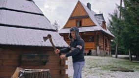 Zwolnione Tempo młodego człowieka ciapania drewno z cioską i wtedy Pokazywać Napinać ręki zbiory wideo