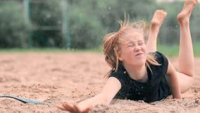 Zwolnione tempo: młodej kobiety doskakiwanie w spadku uderza piłkę na piasku Siatkówka gracz robi drużyny i bawić się zbiory wideo