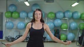 Zwolnione tempo młodej sportowej kobiety skokowa arkana w gym zbiory