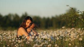 Zwolnione tempo młody szczęśliwy dziecko w kwiatu polu przy zmierzchem i matka zdjęcie wideo