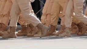 Zwolnione tempo militarne nogi maszeruje wzdłuż ulicznego klonu rytmu zamkniętego w górę zbiory