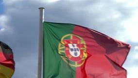Zwolnione tempo niektóre europejczyk zaznacza falowanie w wiatrze na flagpole europejczycy