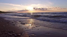 ZWOLNIONE TEMPO: Oceanu zmierzch Owijać macha nad pustą plażą steadicam zbiory