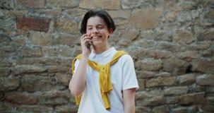 Zwolnione tempo opowiada na telefonu komórkowego roześmiany trwanie outside radosny nastolatek zdjęcie wideo