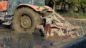 Zwolnione Tempo orze ryżowego pole w wsi przy Tainan ciągnik, Tajwan zbiory