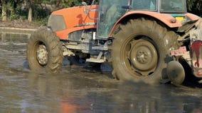 Zwolnione Tempo orze ryżowego pole w wsi przy Tainan ciągnik, Tajwan zbiory wideo