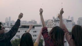 Zwolnione tempo - Plenerowy strzał młodzi ludzie przy dachu przyjęciem zbiory wideo