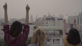 Zwolnione tempo - Plenerowy strzał młodzi ludzie przy dachu przyjęciem zbiory