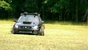 Zwolnione tempo początku samochodowy dryf przez trawy