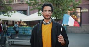 Zwolnione tempo portret amerykanin afrykańskiego pochodzenia faceta pozycja z francuz flagą outside zbiory