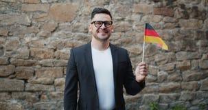 Zwolnione tempo portret uśmiechnięty Niemiecki mężczyzna z flagą państowową Niemcy zdjęcie wideo