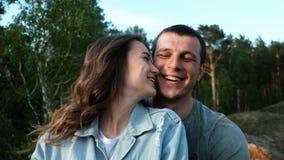 Zwolnione tempo portrety szczęśliwa potomstwo para Atrakcyjna kobieta uśmiecha się jej chłopaka i całuje zbiory