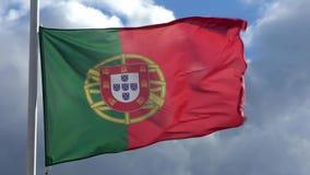 Zwolnione tempo portuguese zaznacza falowanie w wiatrze na flagpole przy miastem